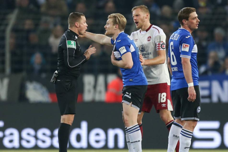 Viel Gesprächsstoff: Andreas Voglsammer (mi.) mit Schiedsrichter Dr. Robert Kampka (li.).