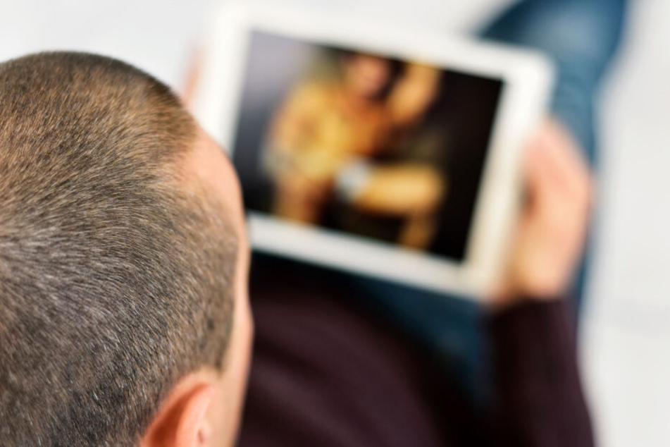Dreister Drang: in aller Öffentlichkeit hat sich ein 49-Jähriger im Internet an illegalen Bildern bedient - eine Zeugin alarmierte die Polizei.