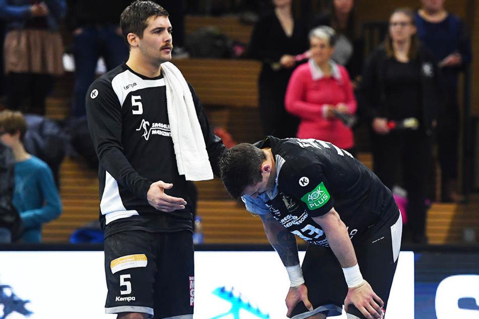 Nach der Niederlage gegen TSV Bayer Dormagen tröstet Tim-Philip Jurgeleit seinen HC-Elbflorenz-Kameraden Roman Becvar (r.).
