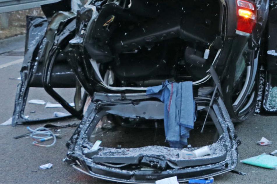Das Auto wurde bei dem Crash völlig zerstört.