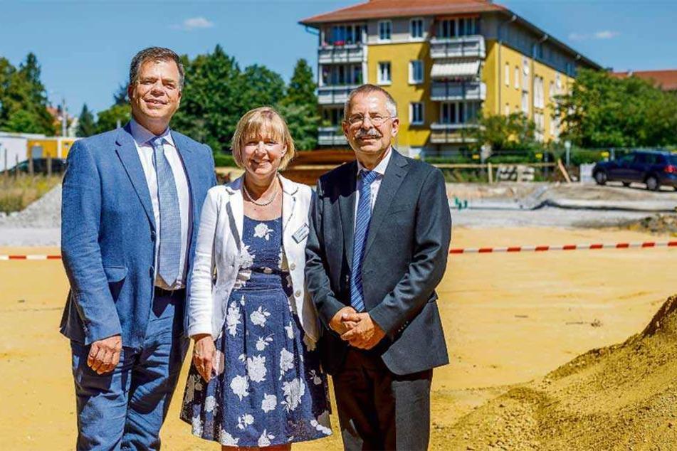 """Seniorenheim für 15 Millionen Euro in Klotzsche: """"Deutsche Wohnen""""-Manager Malte Maurer (55, v.l.) mit Prokuristin Annett Pohler (49) und ihrem Kollegen Jochen Schellenberg (63), Chef der Betreiberfirma """"Katharinenhof""""."""