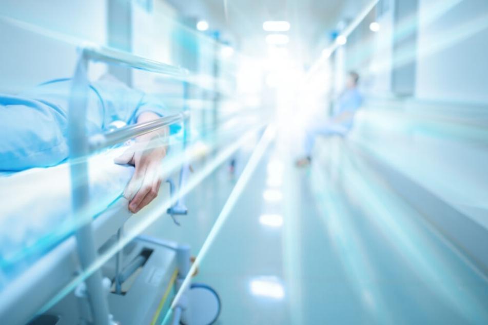 Der Mann konnte im Krankenhaus schließlich versorgt werden. (Symbolbild)