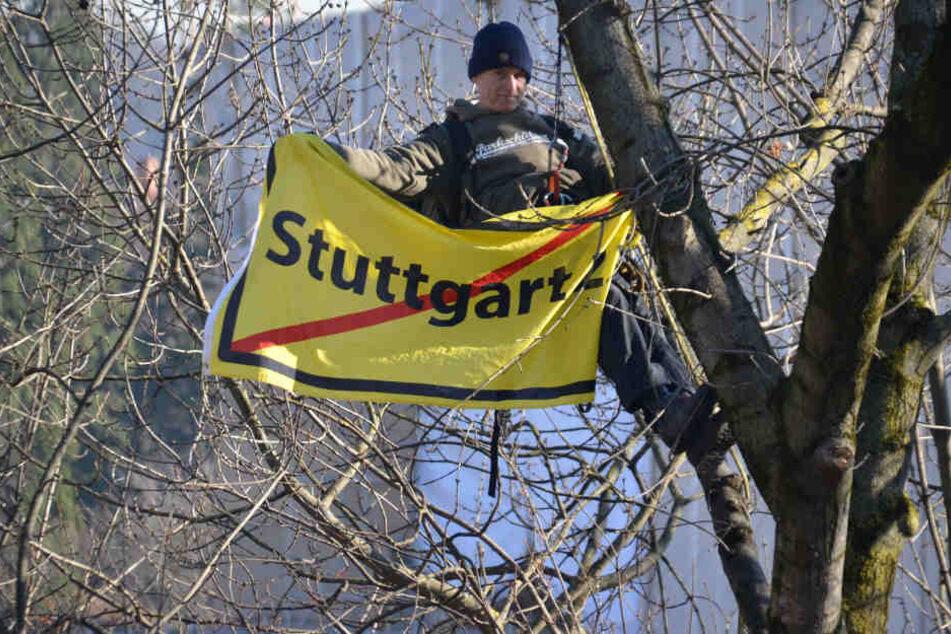Ein Demonstrant am Dienstag in einer Baumkrone im Rosensteinpark, wo Dutzende Bäume gefällt wurden.
