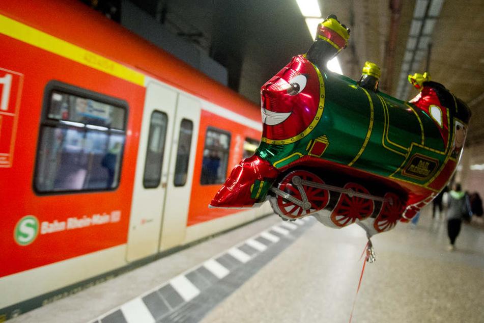 Immer wieder sorgen verlorengegangene Luftballons für Ausfälle im Bahnverkehr (Archivbild).