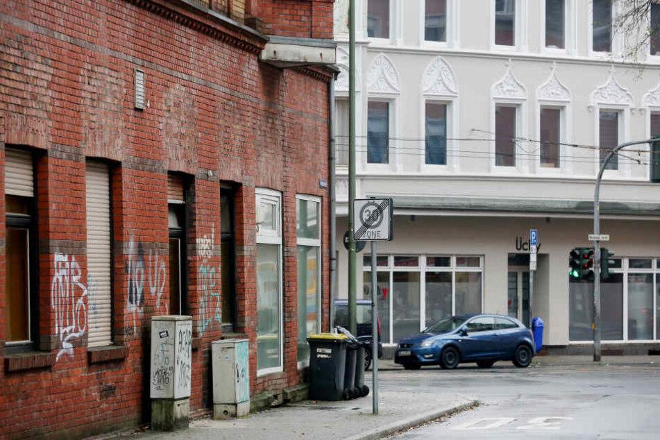 Eine sogenannte Problemimmobilie (l) steht neben einem Haus, das bereits renoviert ist.