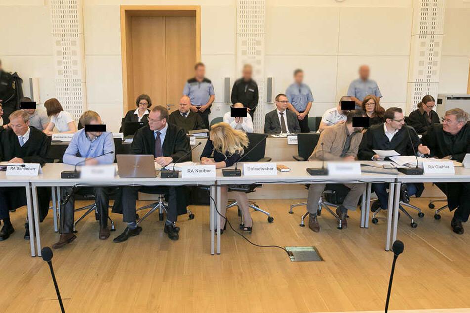 Gedränge auf der Anklagebank: Fünf Angeklagte, neun Verteidiger und drei Dolmetscher nahmen hier am Montag Platz.