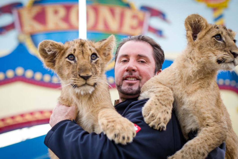 Dompteur Martin Lacey mit zwei Löwenbabys vor dem Circus Krone in Stuttgart. Die Jungtiere mit Namen Sarah und Benjamin sind am 18.06.2017 im Circus Krone auf die Welt gekommen.