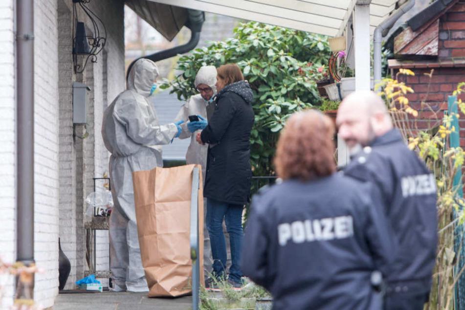 Polizisten sichern nach dem Mordversuch an einer 34-jährigen Frau den Tatort.