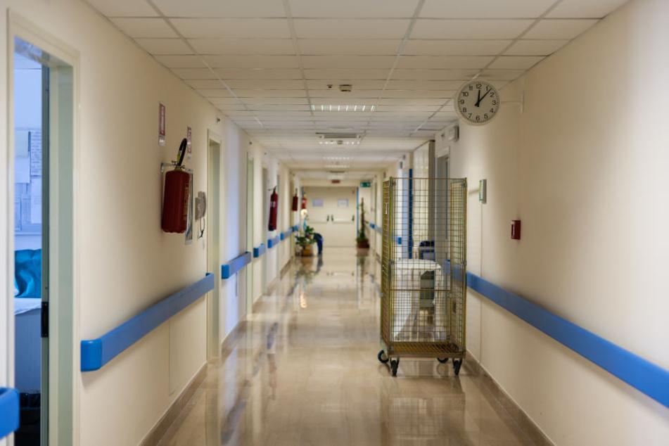 Der 50-Jährige soll eine Matratze in einem unbenutzten Raum des Krankenhauses fahrlässig in Brand gesteckt haben (Symbolbild).