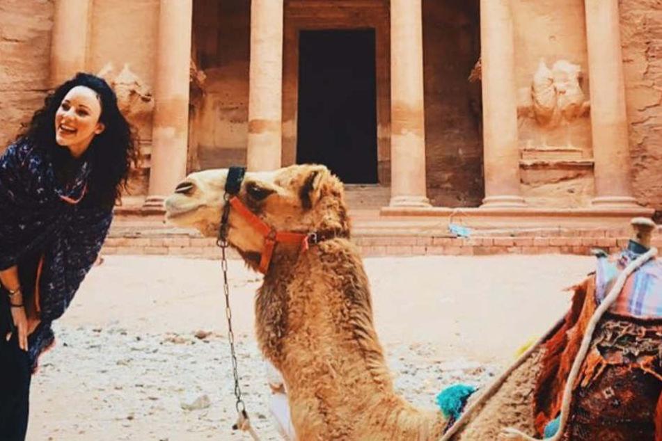Heute geht die Sängerin viel auf Reisen, wie hier in Jordanien.