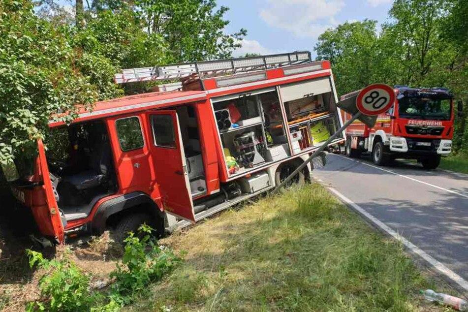 Wegen überhöhter Geschwindigkeit soll das Einsatzfahrzeug in den Graben geraten sein.