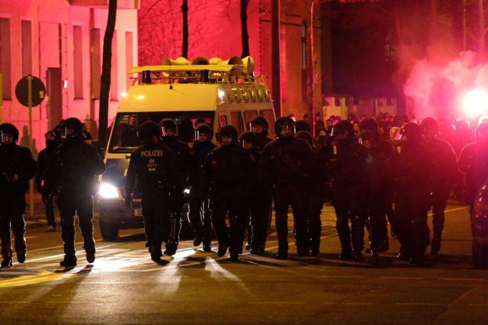 """Beamte der Polizei während der """"TAG X+1""""-Demo."""
