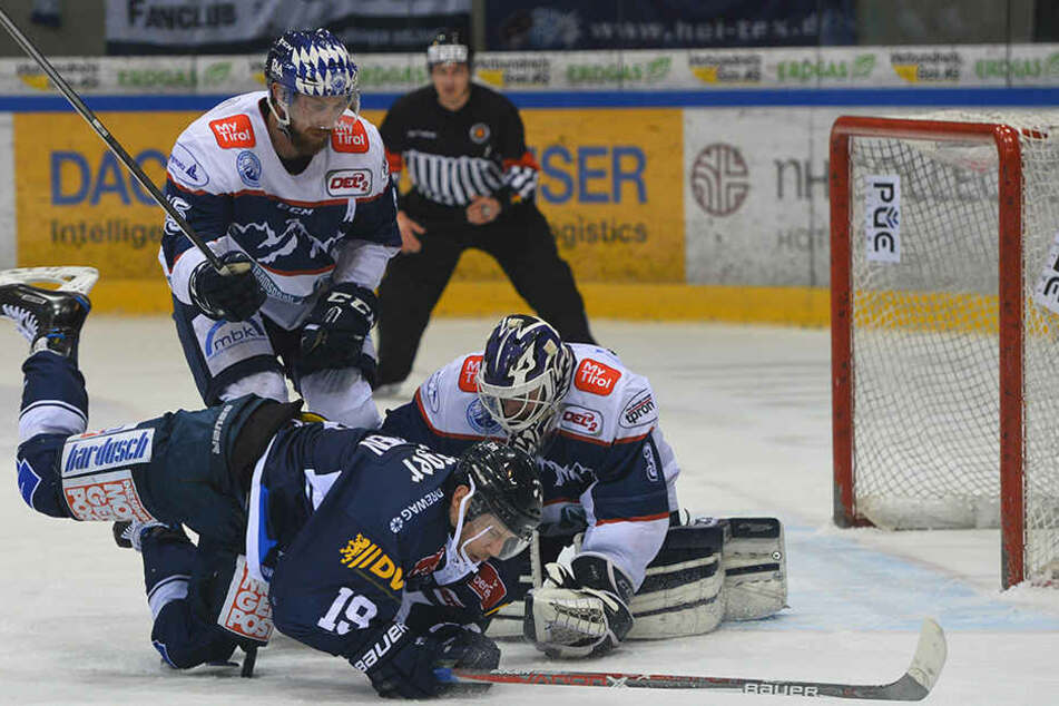 Ville Hämälainen (Nummer 19) scheitert am Riesserseer Goalie.