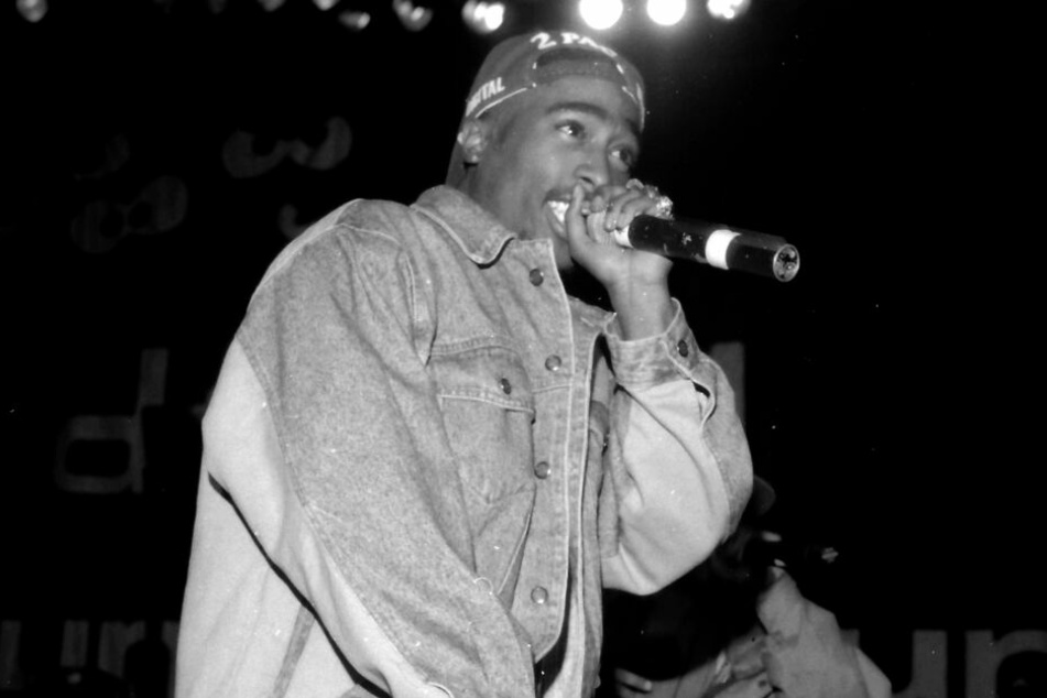 Tupac Shakur bei einem Auftritt.