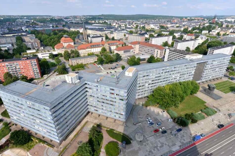 Das Behördenzentrum an der Brückenstraße, einst Sitz der SED-Bezirksleitung, versperrt nach Ansicht von OB Barbara Ludwig (55, SPD) die Entwicklung der Achse Stadthallenpark - Aktienspinnerei.
