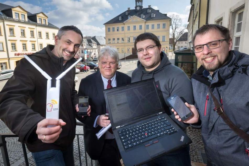 Gratis-WLAN: (v.l.) Alexander Neumeister (Wuttke), Dieter Greysinger sowie Steffen Förster und Andre Riedel (Freifunk).