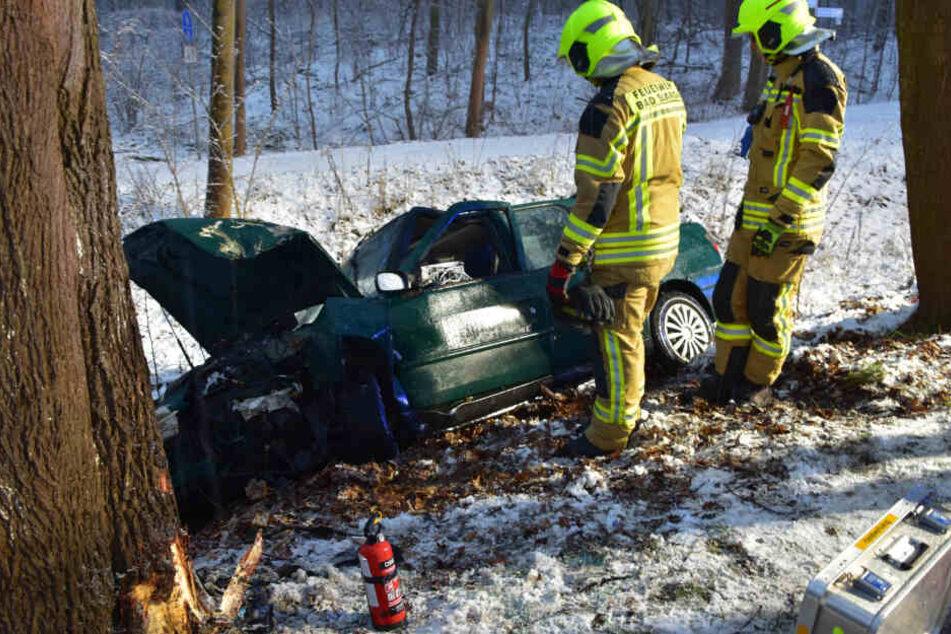 Eine Autofahrerin ist am Samstagabend von der Straße abgekommen und gegen einen Baum gekracht.