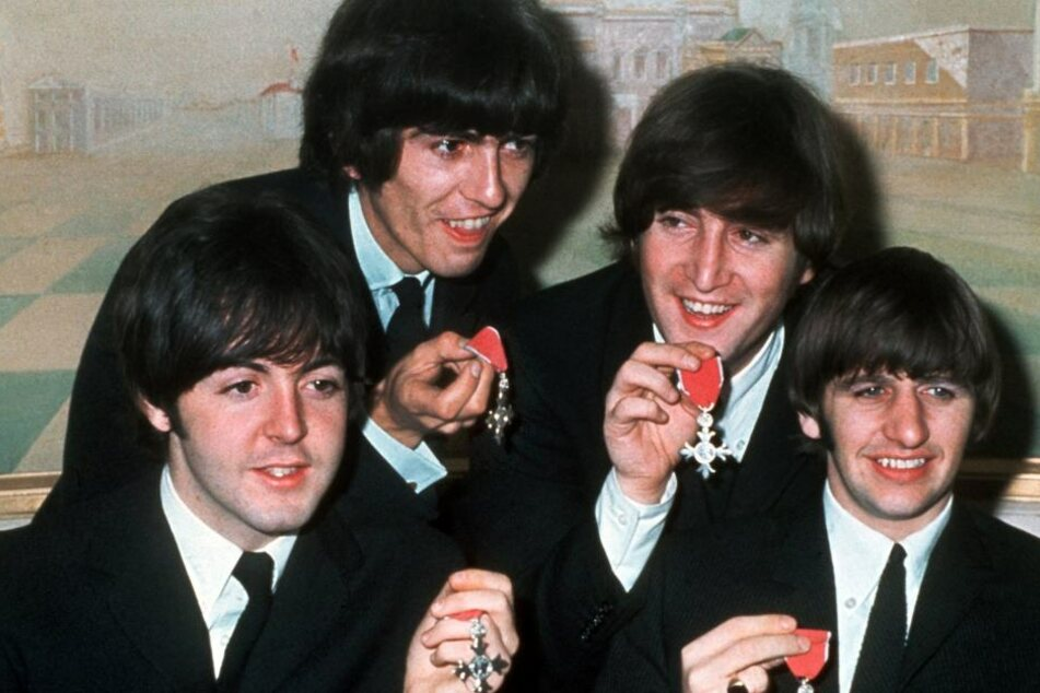 "Das Archivbild vom 26.10.1965 zeigt ""The Beatles"" (v.l.) Paul McCartney, George Harrison, John Lennon und Ringo Starr mit den Orden ""Member of the Order of the British Empire"""