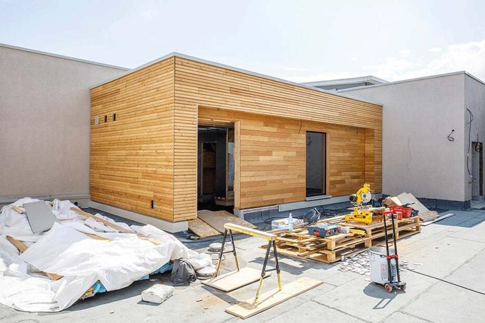 Die Außensauna auf dem Dach des neuen Eingangsbereiches ist so gut wie fertig.