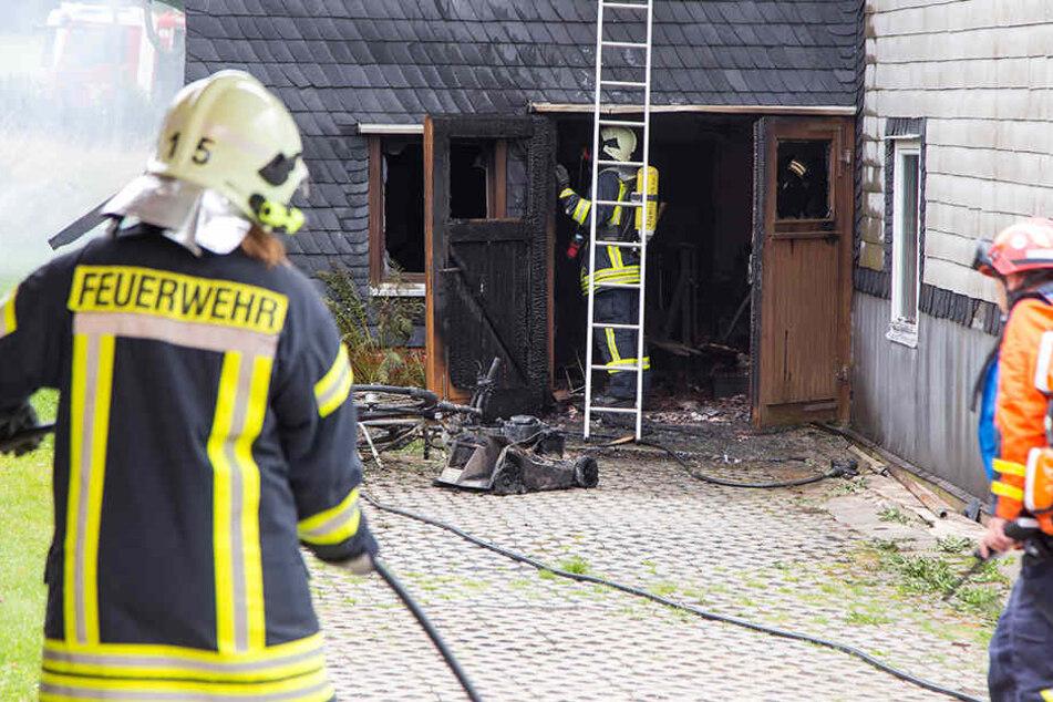Die Feuerwehr konnte den Brand an der Garage löschen.