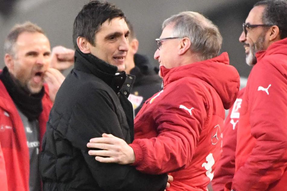 Nach dem Spiel gegen Mönchengladbach: Tayfun Korkut (2.v.l.) und VfB-Sportvorstand Michael Reschke (2.v.r.) nehmen sich in den Arm.