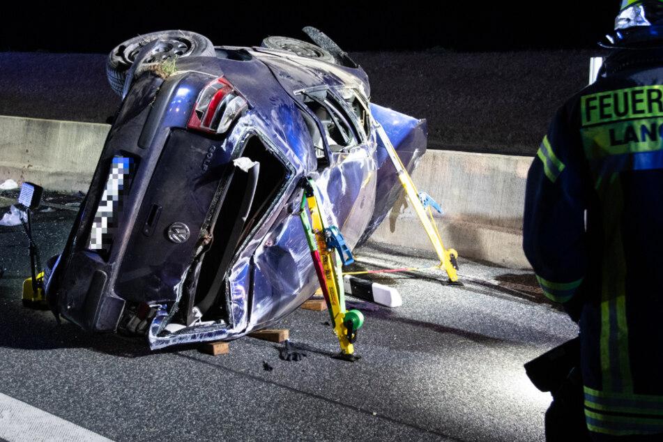 Das Foto zeigt den schwer beschädigten VW auf der Autobahn 661.