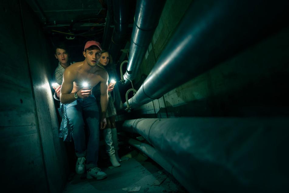 In den Katakomben suchen die Jugendlichen nach ihre vermissten Freunden. (undatierte Szene)