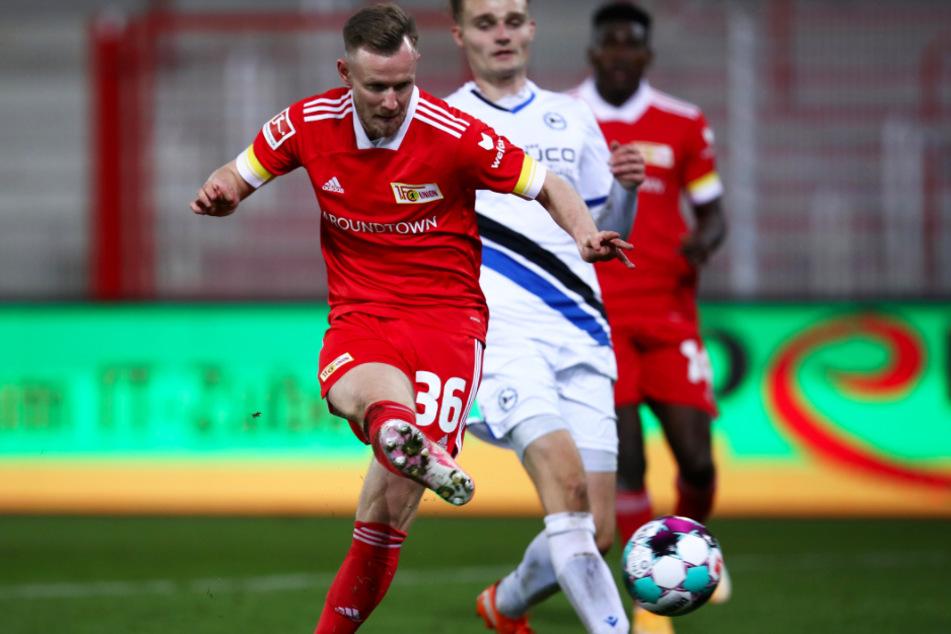 Cedric Teuchert (l.) trifft in dieser Szene zum 5:0-Endstand für den 1. FC Union Berlin.