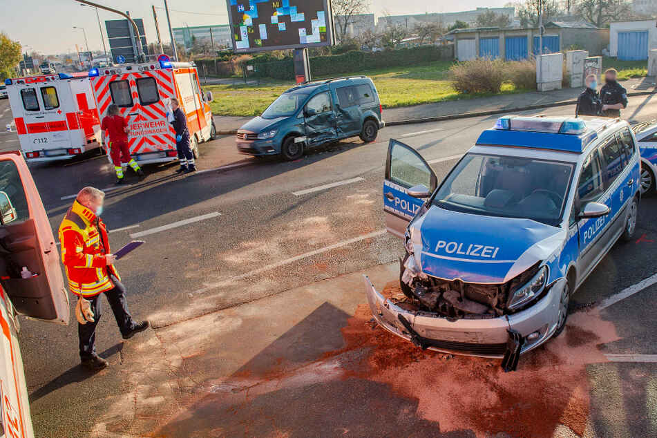 VW-Caddy knallt mit Polizeiauto in Erfurt zusammen