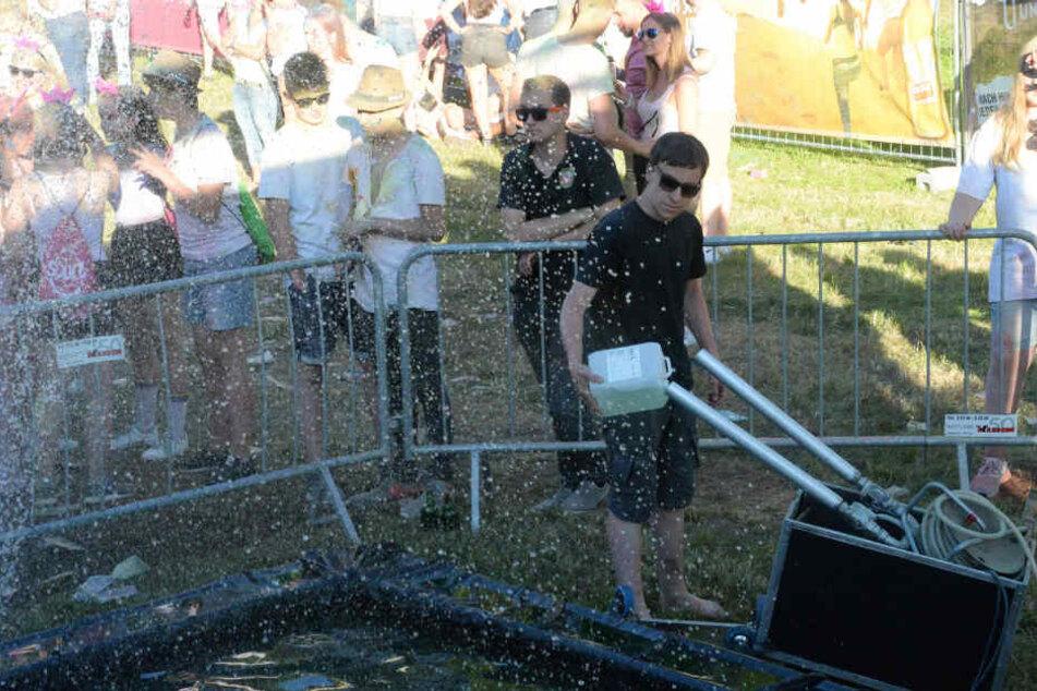 Der Springbrunnen sorgte bei den Besuchern für eine willkommene Abkühlung.