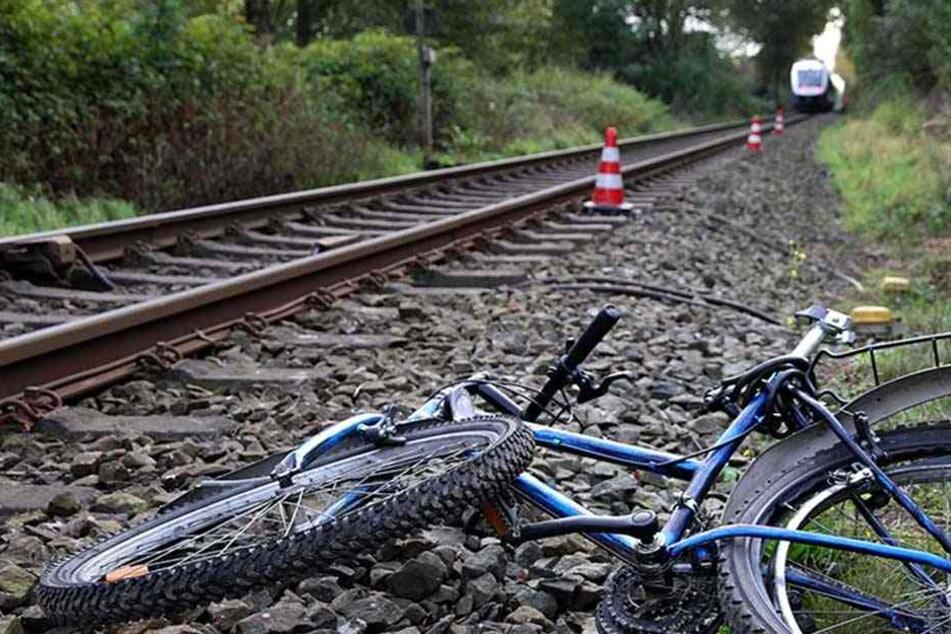 An einem unbeschrankten Bahnübergang wurde der Radfahrer von einer Regionalbahn erfasst (Symbolbild).