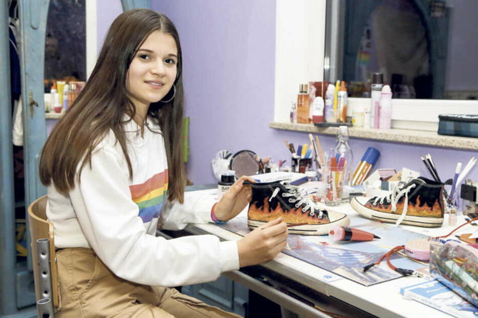"""Heute ist Julia so herrlich """"normal-verrückt"""", wie Teenager nun mal sind. Ihre Schuhe bemalt sie am liebsten selbst."""