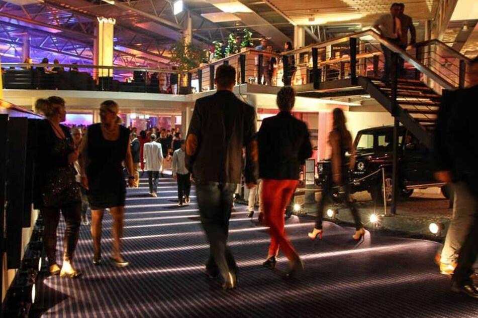 Das Mercedes-Autohaus wird zum großen Party- und Modeareal.