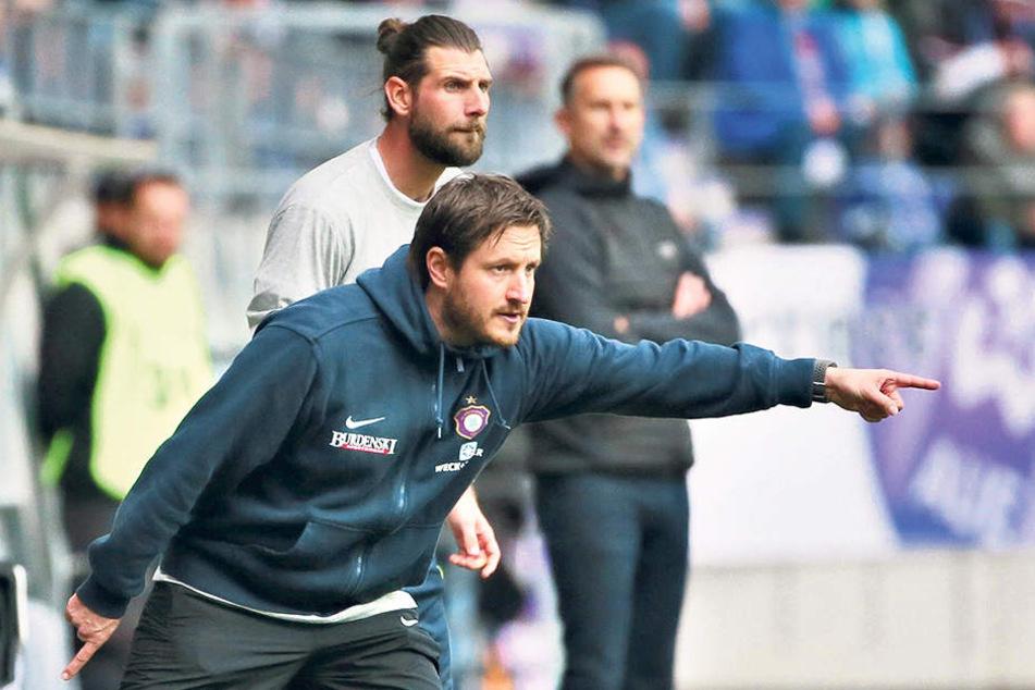 Aues Trainer Hannes Drews zeigt  den Weg an. Es soll Freitag auf St. Pauli weiter nach vorn gehen. Er hat dabei  personell die Qual der Wahl.