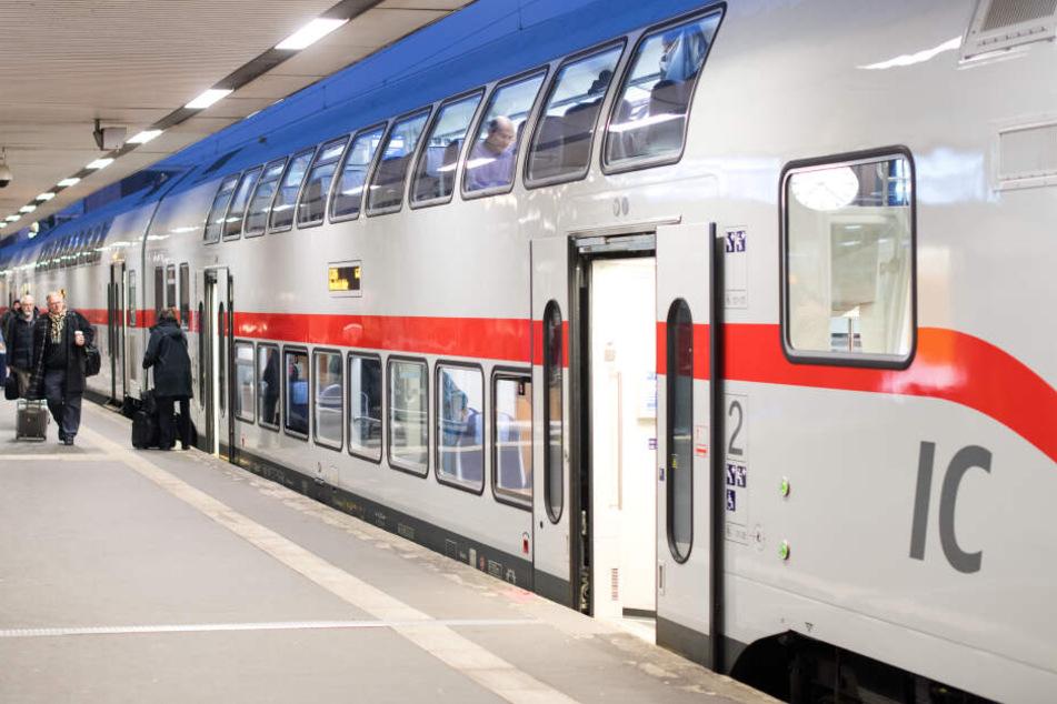 Zunächst war der 53-Jährige in einem Intercity-Express auffällig geworden. (Symbolbild)