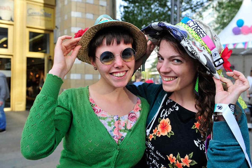 Gut behütet: Hannah (22, l.) und Katharina (23) haben bereits passende Hüte auf.