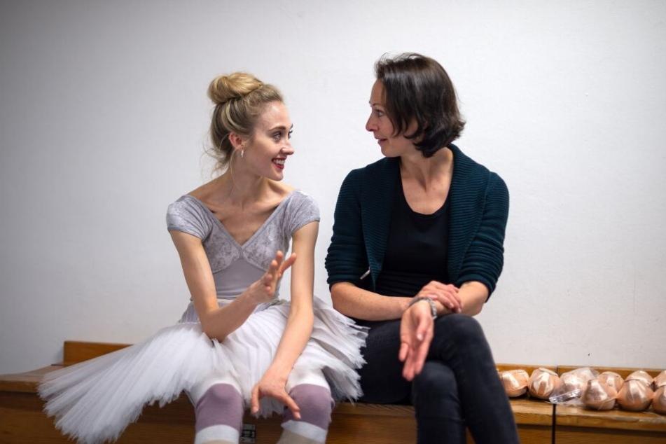 Severine Ferrolier (r), Solistin und Spitzenschuhverwalterin am Bayerischen Staatsballett, spricht mit der Tänzerin Sinead Bunn.