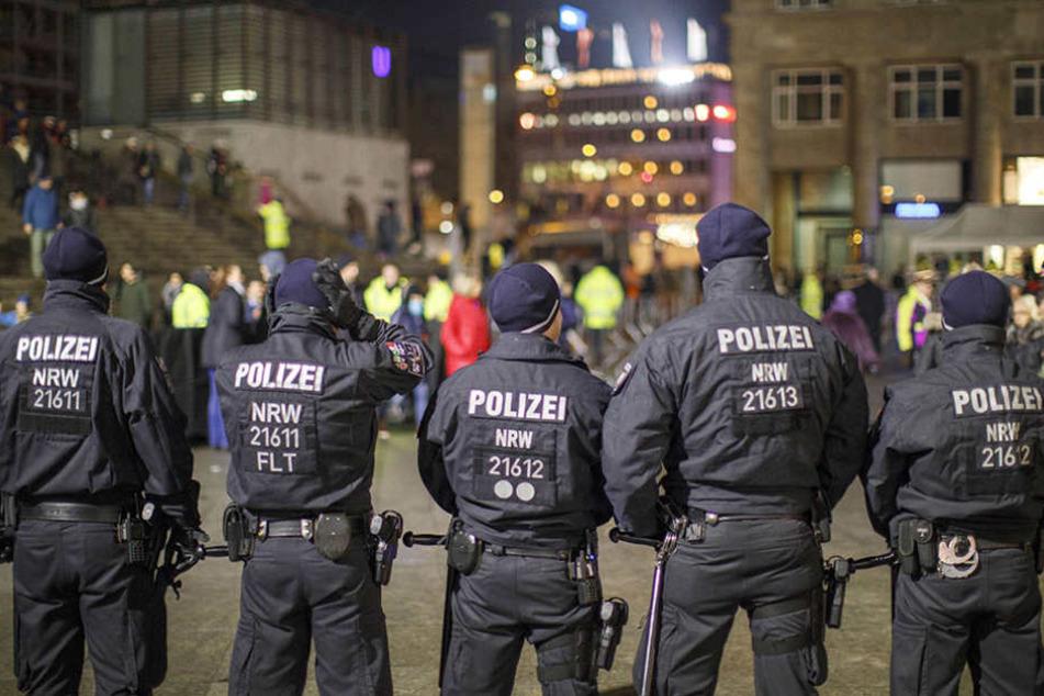 Die Polizei zeigte in der Silvesternacht starke Präsenz am Kölner Hauptbahnhof.
