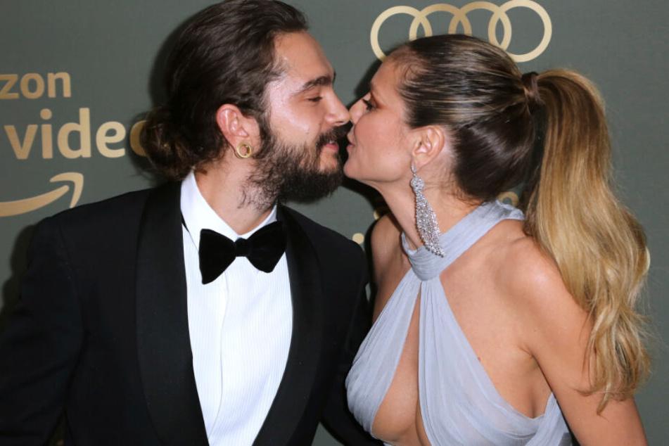 Tom Kaulitz und Heidi Klum küssen sich vor der Kamera.