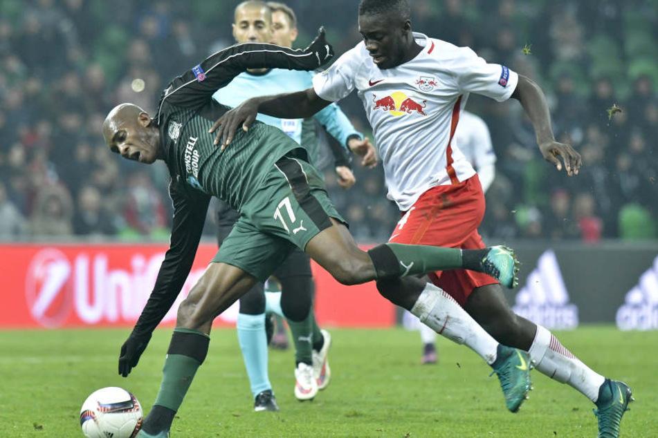 Neuzugang Dayot Upamecano (r.) könnte bereits zwei Tage nach seiner Verpflichtung die ersten Minuten um Leipziger RB-Dress absolvieren.