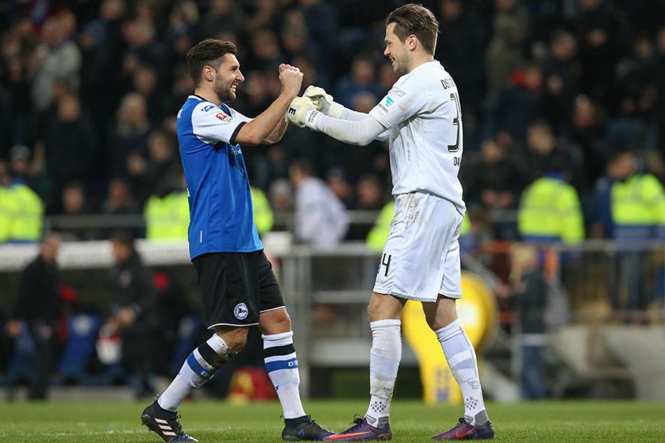 Keeper Daniel Davari (re.) und Stephan Salger freuen sich über die drei Punkte.