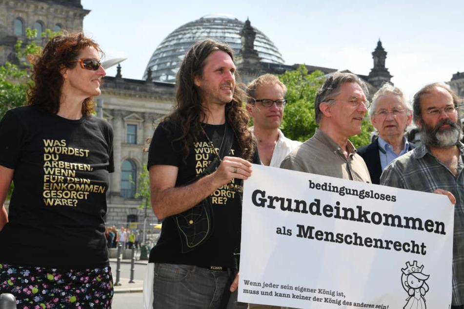"""2016: Die Initiative """"Omnibus"""" fordert den  Volksentscheid über das Grundeinkommen."""