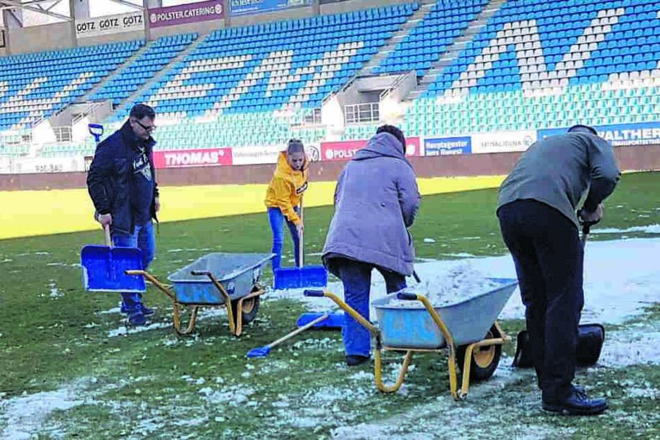 Die CFC-Fans legten am Wochenende noch einmal Hand und Schaufel an, um die letzten Schneereste zu beseitigen.