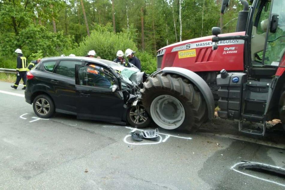Tragischer Unfall mit Traktor: Autofahrer stirbt in Wrack