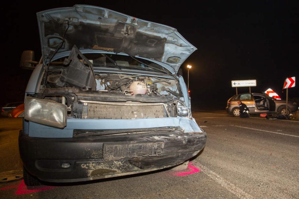 Die Front des VW-Transporters war nach dem Crash arg beschädigt.