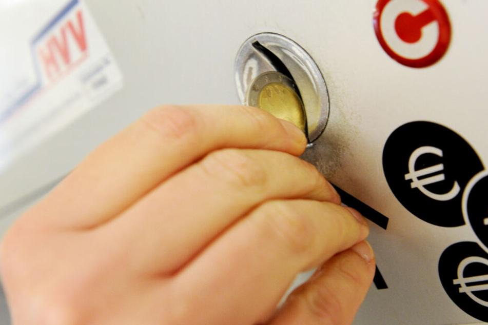 Ein Kunde kauft an einem Automaten eine HVV-Fahrkarte.
