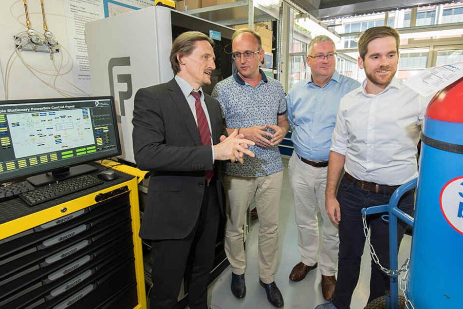 Zwischen Brennstoffzelle und Wasserstoff: (v.l.) Prof. Thomas von Unwerth, Jörg Vieweg, Thomas Baum und Karl Lötsch.