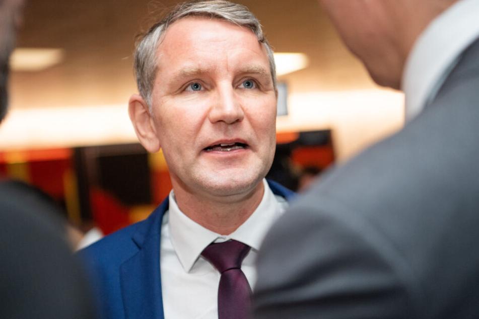 Björn Höcke teilte auf Twitter mit, dass er eine Anzeige gegen die Bundeskanzlerin stellen wird.