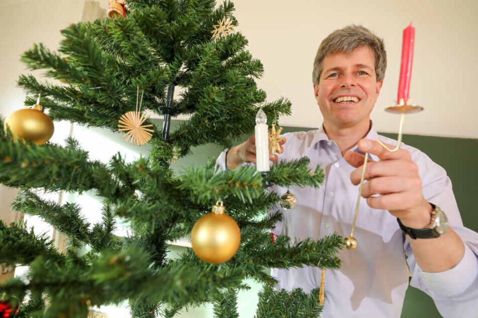 Anhand eines Kerzenhalters für einen Weihnachtsbaum erläutert Matthias Kröger das Prinzip einer formschlüssigen Verbindung am 27.11.2017 in der TU Bergakademie Freiberg (Sachsen).
