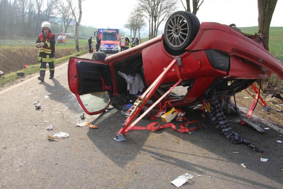 Der Opel blieb völlig zerstört auf dem Dach liegen. Der Fahrer wurde aus dem Wrack befreit.